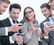 Grupo de executivos que leem uma mensagem em telefones imagens de stock royalty free