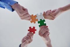 Grupo de executivos que montam o enigma de serra de vaivém Fotografia de Stock Royalty Free
