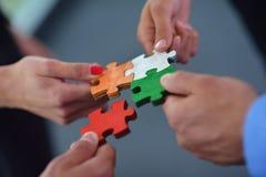 Grupo de executivos que montam o enigma de serra de vaivém Imagens de Stock Royalty Free