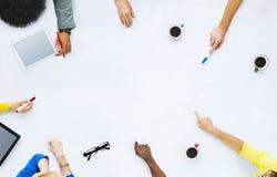 Grupo de executivos que planeiam para um projeto novo imagens de stock