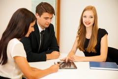 Grupo de executivos que procuram pela solução com brainstormi Imagens de Stock Royalty Free