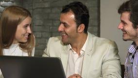 Grupo de executivos que riem e que falam no escritório video estoque