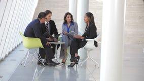 Grupo de executivos que têm a reunião informal vídeos de arquivo