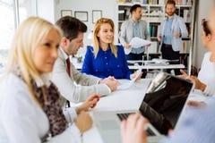Grupo de executivos que trabalham como a equipe no escritório imagem de stock royalty free