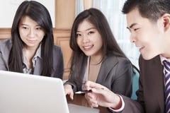 Grupo de executivos que trabalham junto Fotografia de Stock