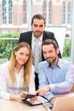 Grupo de executivos que trabalham junto no escritório imagem de stock royalty free