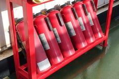 Grupo de extintores arranjados em seguido Fotografia de Stock Royalty Free