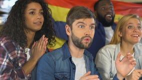 Grupo de fãs com bandeira espanhola que cheering para a vitória da equipe nacional, campeonato video estoque