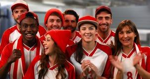 Grupo de fãs de esportes que cheering 4k filme