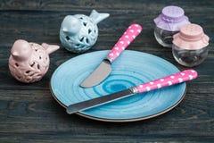 Grupo de facas de cozinha coloridas sobre o fundo de madeira azul Fotografia de Stock Royalty Free