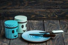Grupo de facas de cozinha coloridas sobre o fundo de madeira azul Fotografia de Stock