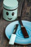 Grupo de facas de cozinha coloridas sobre o fundo de madeira azul Imagem de Stock Royalty Free