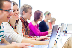 Grupo de faculdade/estudantes universitário dentro em uma sala de aula Imagem de Stock Royalty Free