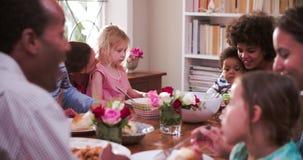 Grupo de famílias que têm a refeição em casa junto vídeos de arquivo