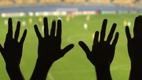 Grupo de fanáticos del fútbol felices que sacuden los fingeres, equipo preferido favorable, deporte metrajes