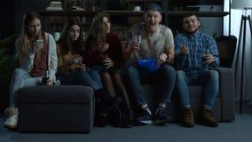 Grupo de fanáticos del fútbol jovenes que animan al equipo en casa almacen de video