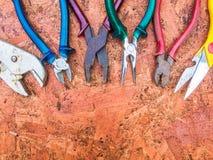 Grupo de ferramentas da mão em um de madeira Imagem de Stock