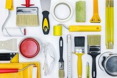 Grupo de ferramentas da pintura na mesa de madeira branca Imagens de Stock