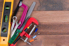 Grupo de ferramentas de funcionamento no fundo de madeira Conceitos de madeira do fundo das ferramentas de funcionamento com copy Imagem de Stock Royalty Free