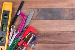 Grupo de ferramentas de funcionamento no fundo de madeira Conceitos de madeira do fundo das ferramentas de funcionamento com copy Imagens de Stock Royalty Free