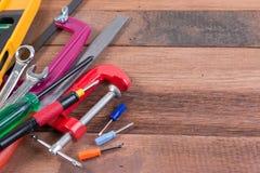 Grupo de ferramentas de funcionamento no fundo de madeira Conceitos de madeira do fundo das ferramentas de funcionamento com copy Fotografia de Stock