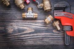 Grupo de ferramentas dos encanador no conceito do encanamento da placa de madeira fotos de stock