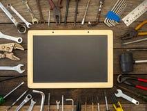 Grupo de ferramentas e de instrumentos no fundo de madeira imagem de stock