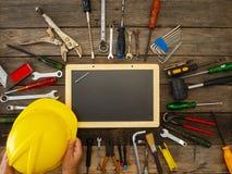 Grupo de ferramentas e de instrumentos no fundo de madeira imagens de stock