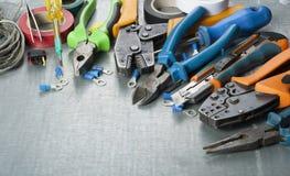 Grupo de ferramentas elétricas no fundo metálico Acessórios para o trabalho de engenharia, conceito da energia Copie o espaço par imagens de stock royalty free