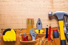 Grupo de ferramentas na fita métrica das pinças do toolbelt fotografia de stock royalty free
