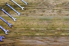Grupo de ferramentas na tabela de madeira velha Imagem de Stock