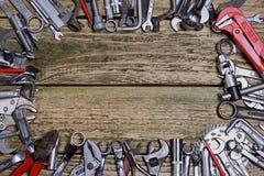 Grupo de ferramentas na tabela de madeira velha Fotos de Stock