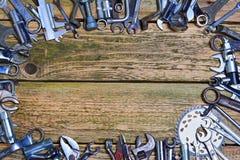 Grupo de ferramentas na tabela de madeira velha Fotografia de Stock