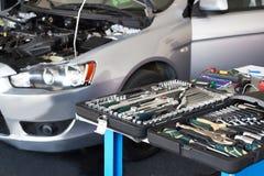 Grupo de ferramentas na tabela no serviço do carro Fotos de Stock