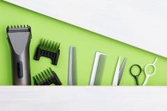 Grupo de ferramentas para criar um penteado curto, em um fundo verde imagens de stock royalty free