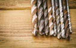 Grupo de ferramentas velhas do vintage do óxido brocas fotografia de stock
