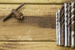 Grupo de ferramentas velhas do vintage do óxido brocas fotos de stock royalty free