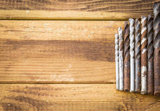 Grupo de ferramentas velhas do vintage do óxido brocas fotos de stock