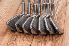 Grupo de ferros do golfe imagem de stock