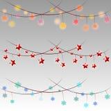 Grupo de festões da cor, efeitos das luzes das decorações do Natal no fundo cinzento ilustração royalty free