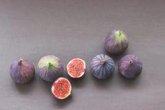 Grupo de figos frescos inteiros e do corte imagens de stock
