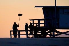 Grupo de filme que prepara-se para filmar na praia em Los Angeles Fotos de Stock Royalty Free