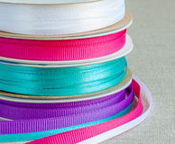 Grupo de fitas do grosgrain: azul, violeta, carmesim, branco Serapilheira do fundo Imagem de Stock