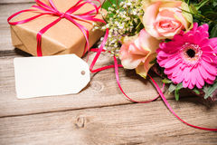 Grupo de flores com um Empty tag Fotografia de Stock