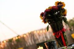 Grupo de flores do verão e uma vela burrning no terraço Fotografia de Stock Royalty Free