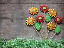 Grupo de flores e de folhas do pão-de-espécie no backgrou de madeira rústico Fotografia de Stock