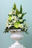 Grupo de flores em um vaso grande Fotografia de Stock Royalty Free