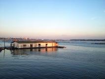 Grupo de flutuação de Sun da casa do mar fotos de stock royalty free