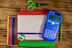 Grupo de fontes dos artigos de papelaria da escola Bloco de notas, calculadora, r?guas, l?pis, penas, tesouras e apontador vazios fotografia de stock