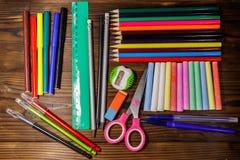 Grupo de fontes dos artigos de papelaria da escola na mesa de madeira De volta ao conceito da escola fotos de stock